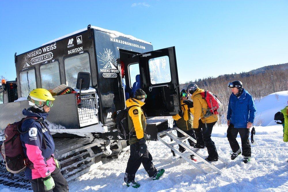 ニセコワイスのパウダーCATツアーを楽しむ人々