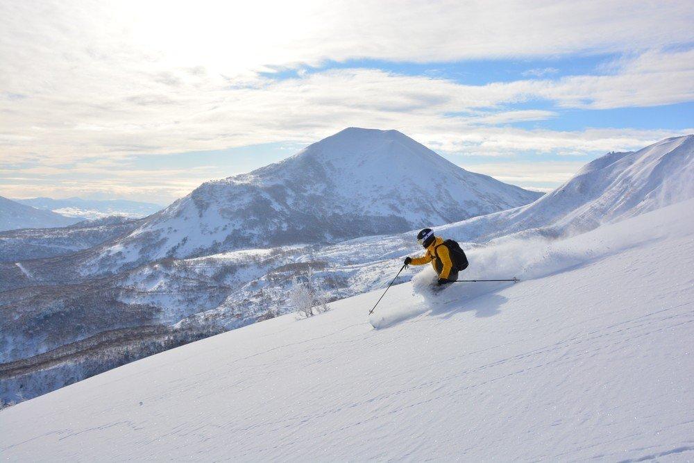 ニセコの雪原を一人きりで滑るスキーヤー