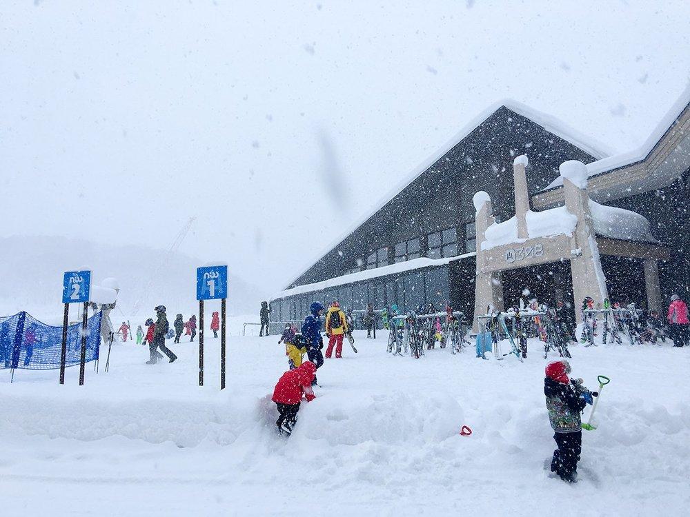 ニセコHANAZONOスキー場で雪遊びに興じる子供達