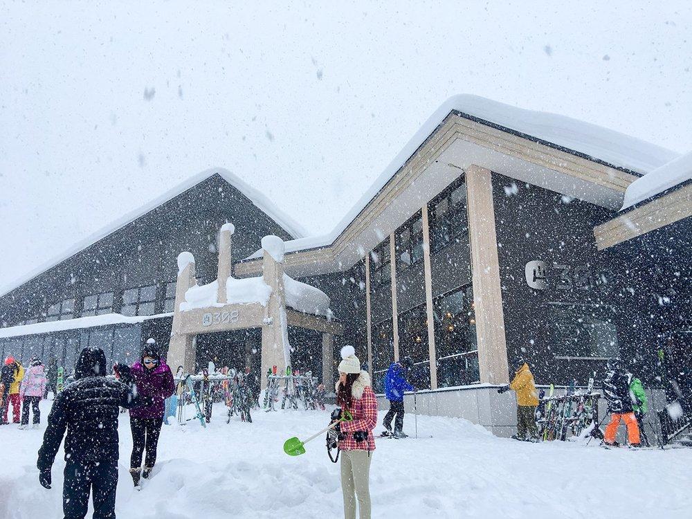 雪の降りしきるHANAZONO308