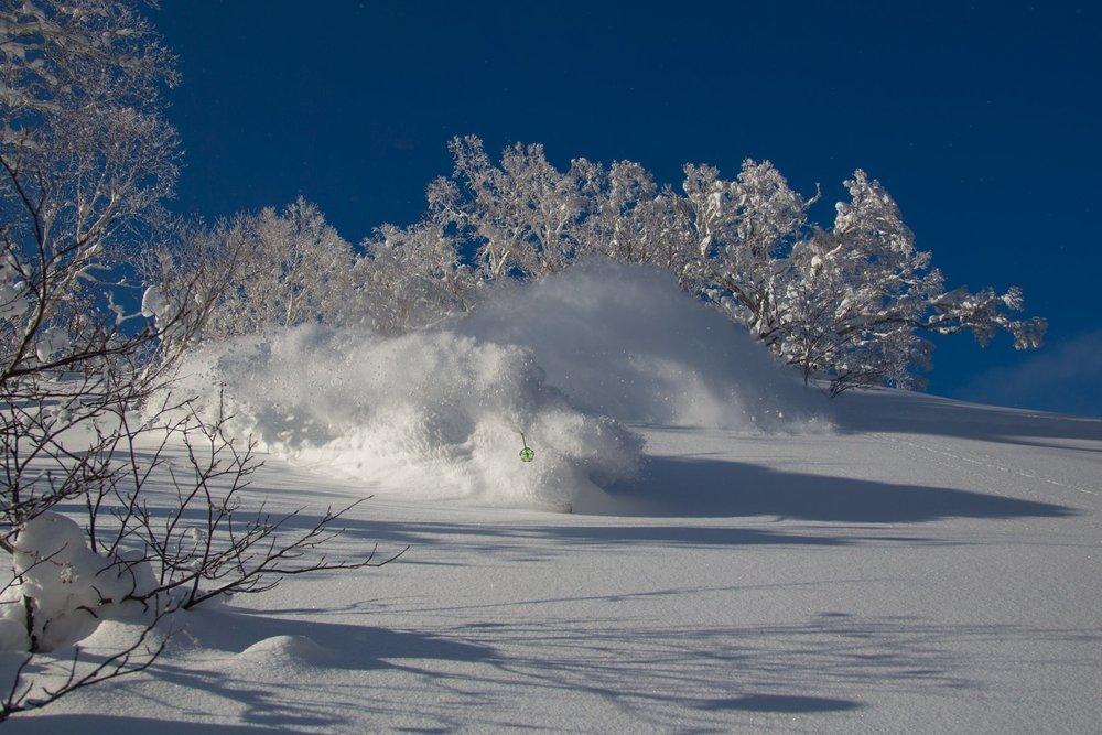 2018年ニセコの記録的な積雪を楽しむスキーヤー