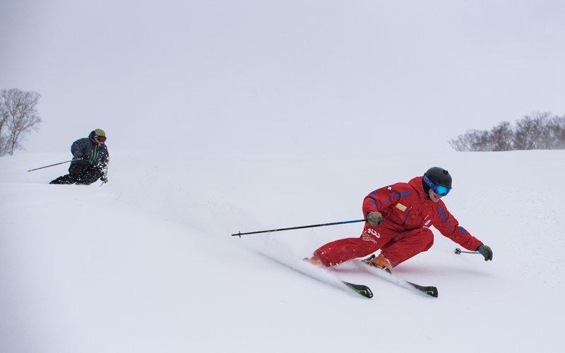雪原を滑走するスキーヤー2人