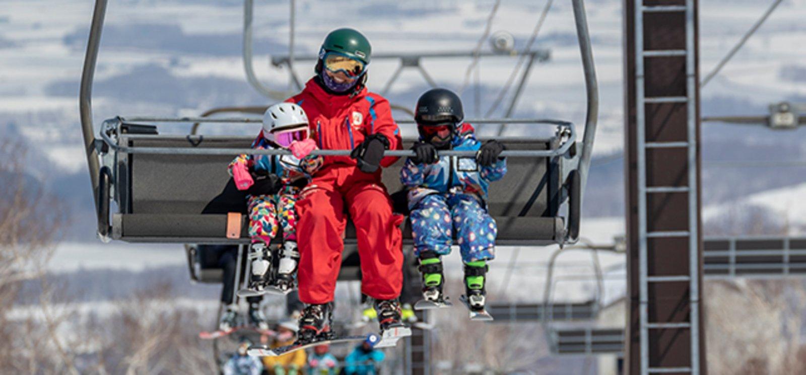 參加 NISS 新雪谷國際滑雪學校幼兒課程的兒童